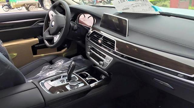 Lô xe BMW 7-Series thế hệ mới đầu tiên tại Việt Nam có nội thất bọc da màu đen và kem.