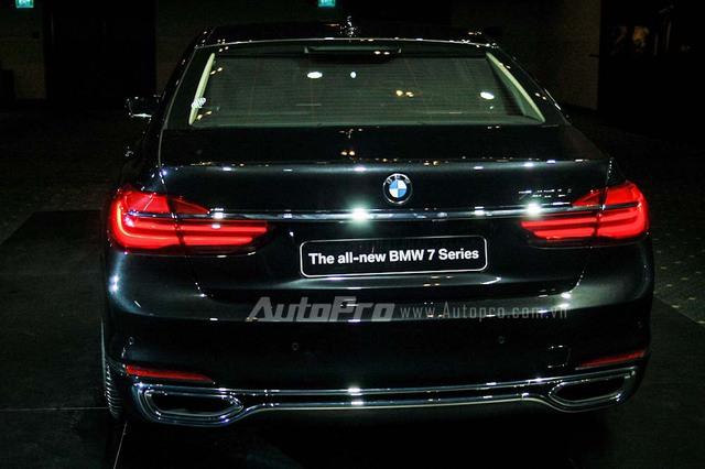 Những điểm nhấn khác trong thiết kế của BMW 7-Series thế hệ mới bao gồm đèn hậu hình chữ L và hàng loạt loại la-zăng khác nhau với kích thước từ 17-21 inch.