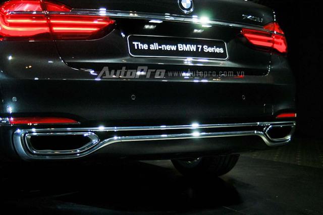 BMW 740Li thế hệ mới tại Việt Nam được trang bị động cơ 6 xi-lanh TwinPower Turbo, dung tích 3.0 lít, cho công suất tối đa 326 mã lực và mô-men xoắn cực đại 450 Nm. Sức mạnh này cho phép BMW 740Li tăng tốc từ 0-100 km/h trong 5,5 giây và đạt vận tốc tối đa 250 km/h.