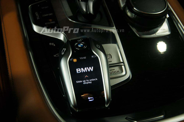 Đáng tiếc là BMW 740Li thế hệ mới tại Việt Nam không được trang bị chức năng đỗ xe tự động vốn là một trong những điểm nhấn đáng chú ý nhất của 7-Series 2016. Tuy nhiên, BMW 740Li thế hệ mới tại Việt Nam vẫn đi kèm chìa khóa cảm ứng hiện đại.