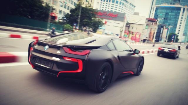 Chiếc BMW i8 dán màu đen mờ hầm hố lăn bánh trên đường Hà Nội. Ảnh: Phạm Trung Hiếu/Otofun