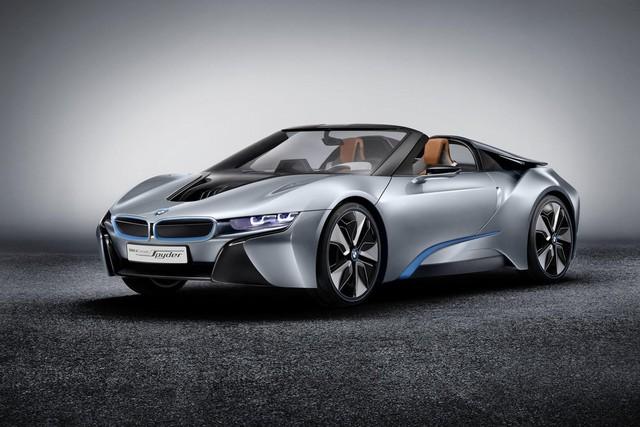 BMW i8 Spyder mui trần thực ra không phải là mẫu xe hoàn toàn xa lạ với người yêu xe trên thế giới. Cách đây 3 năm, hãng BMW từng trình làng i8 dưới dạng concept và kiểu dáng mui trần. Thế nhưng, đến khi lên dây chuyền sản xuất thương mại, BMW i8 lại chuyển sang thành xe coupe thể thao.