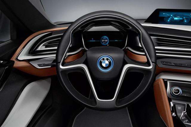 Đặc biệt, tuy là xe thể thao nhưng BMW i8 Coupe chỉ tiêu thụ lượng xăng cực thấp là 2,1 lít/100 km và có thể chạy hết quãng đường 37 km bằng riêng mô-tơ điện.