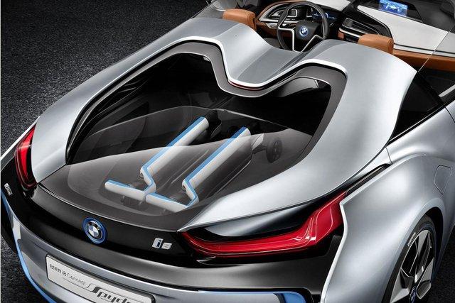 Dự đoán, hệ dẫn động plug-in hybrid, bao gồm động cơ xăng 3 xi-lanh, TwinPower Turbo, dung tích 1,5 lít, mô-tơ điện và cụm pin lithium-ion, của BMW i8 Coupe sẽ được bê nguyên sang phiên bản Spyder.
