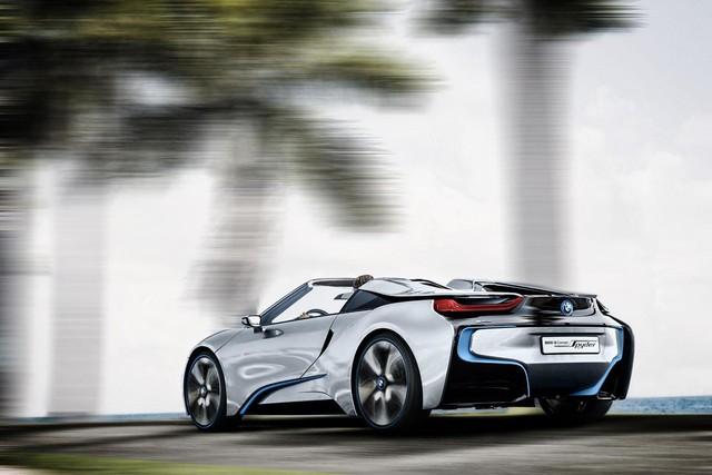 Ngoài ra, BMW i8 Spyder Concept còn có phần đuôi thiết kế phong cách và chiều dài cơ sở ngắn.