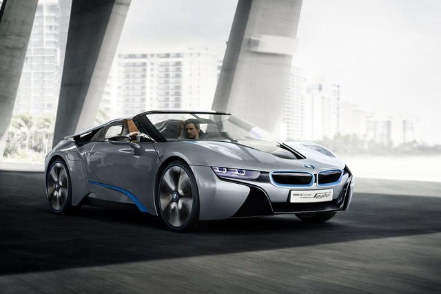 Ở phiên bản concept, BMW i8 Spyder sở hữu một nửa nắp ca-pô dạng trong suốt, kính chắn gió dốc và cánh gió tích hợp.