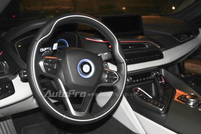 Cận cảnh vô lăng của BMW i8 thứ hai tại Đà Nẵng.