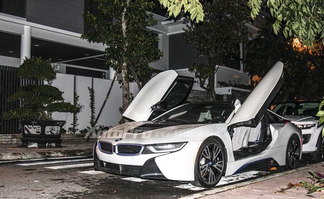 Chiếc BMW i8 thứ hai tại Đà Nẵng có nội thất bọc da màu trắng tông xuyệt tông.