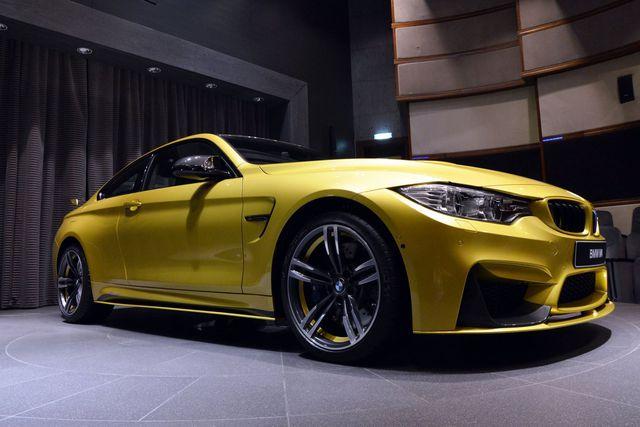 Ngoài màu sơn bắt mắt, chiếc BMW M4 còn được bổ sung nhiều phụ kiện tính năng cao M Performance.