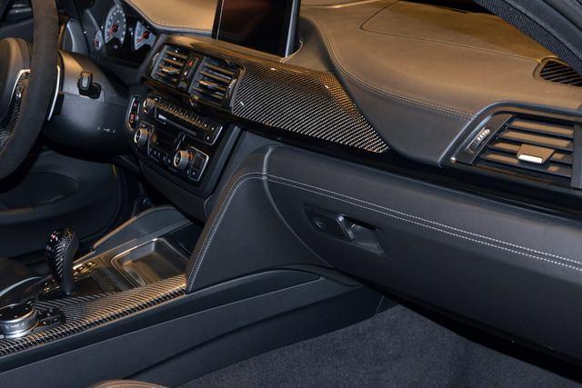 Có thể tìm thấy sợi carbon ở cụm điều khiển trung tâm, cần số, phanh đỗ xe, vô lăng và một phần của bảng táp-lô.