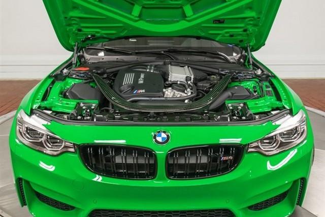 Trái tim của chiếc BMW M4 màu xanh nõn chuối là khối động cơ xăng V6, tăng áp có công suất tối đa 425 mã lực. Nhờ đó, chiếc BMW M4 có thể tăng tốc từ 0-96 km/h trong thời gian 4,1 giây.
