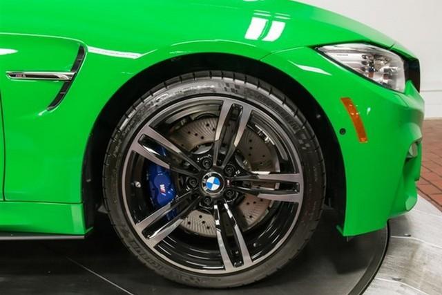 Ngoài màu sơn đặc biệt, chiếc BMW M4 còn được trang bị bộ la-zăng 437M với đường kính 19 inch và la-zăng chấu kép có giá 1.200 USD.