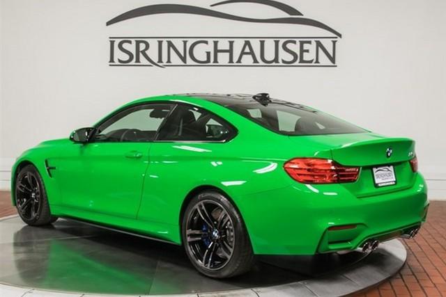 Chưa hết, chiếc BMW M4 màu xanh nõn chuỗi cũng đi kèm với hộp số sàn 6 cấp. Đây sẽ là trang thiết bị thu hút những người thực sự đam mê cảm giác tự mình lái xe. Hiện những chiếc xe tính năng cao hiện đại không còn dùng hộp số sàn nữa. Do vậy, chiếc BMW M4 màu nõn chuỗi càng trở nên đặc biệt hơn.