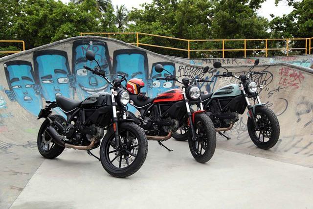 Ducati Scrambler Sixty2 có 3 phiên bản màu khác nhau là cam Atomic Tangerine, xám Ocean Grey, và đen Shining Black. Tại thị trường Anh, Ducati Scrambler Sixty2 có giá khởi điểm 6.450 Bảng, tương đương 219 triệu Đồng.