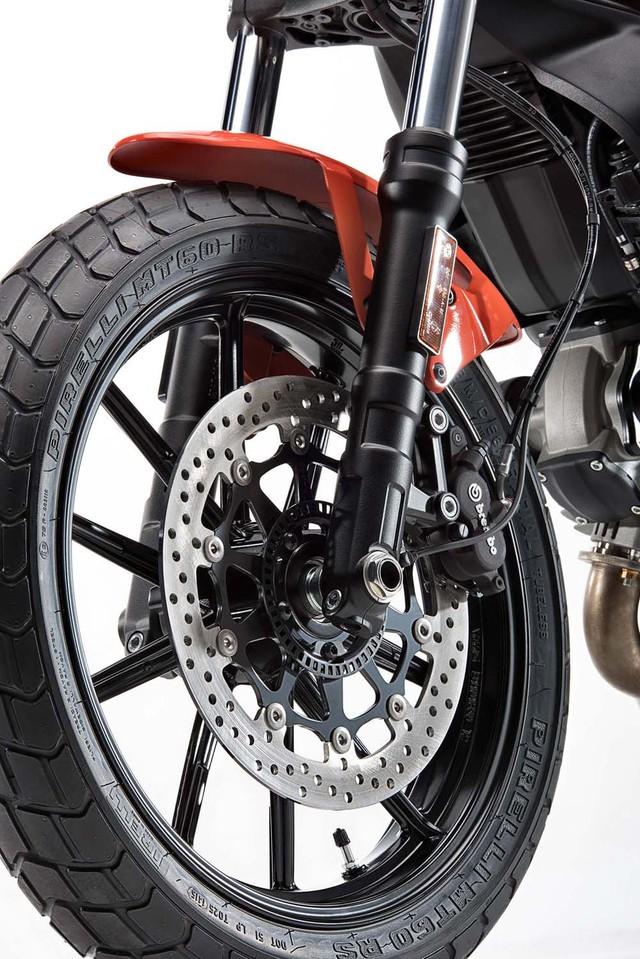 Ngoài ra, Ducati Scrambler Sixty2 còn được trang bị lốp có thể đi trên mọi địa hình, tất nhiên vẫn tập trung vào đường phố. Lực hãm của xe bắt nguồn từ phanh đĩa trước có đường kính 320 mm và kẹp phanh Brembo 2 pít-tông. Hệ thống chống bó cứng phanh ABS tiêu chuẩn mang đến sự an toàn cho người lái.