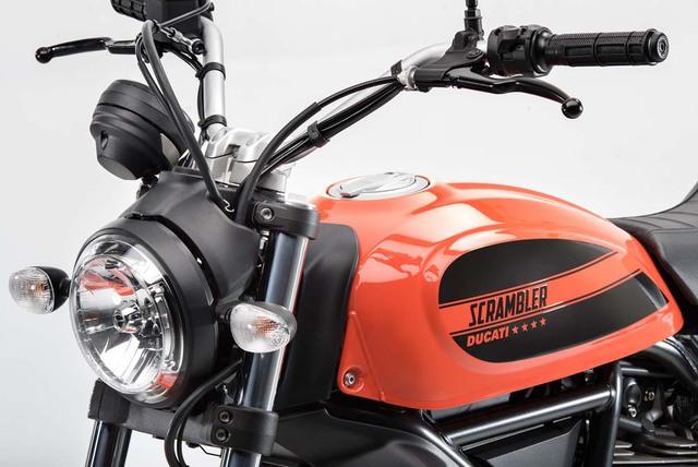 Về thiết kế, hãng Ducati hứa hẹn Scrambler Sixty2 sẽ rất dễ điều khiển nhờ tay lái rộng.