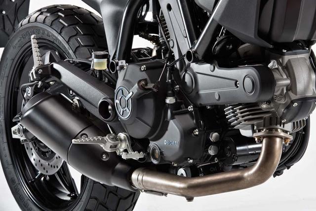 """""""Trái tim"""" của Ducati Scrambler Sixty2 là khối động cơ L-Twin Desmo, làm mát bằng không khí, dung tích 399 cc hoàn toàn mới. Động cơ được thiết kế để tạo ra công suất vừa đủ và giảm trọng lượng cho xe."""
