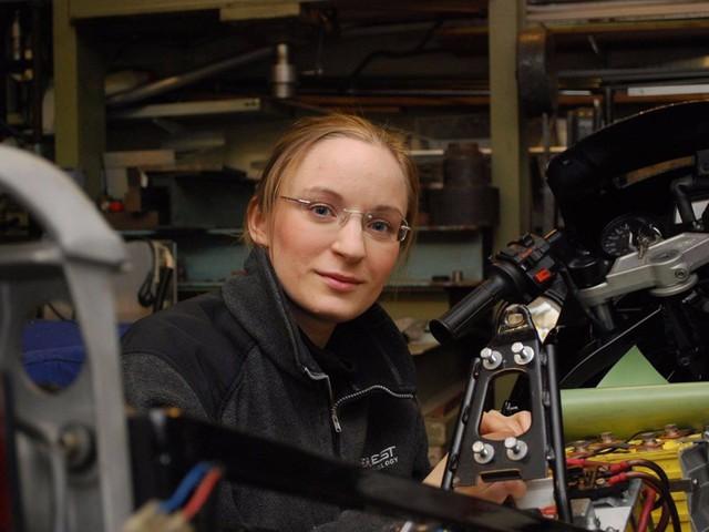 Sinh ra ở Thụy Điển, Håkansson đã chuyển đến Mỹ từ 7 năm trước. Cô đã theo học một chương trình đào tạo giáo sư tiến sỹ trong ngành kỹ thuật cơ khí ở trường đại học Denver.
