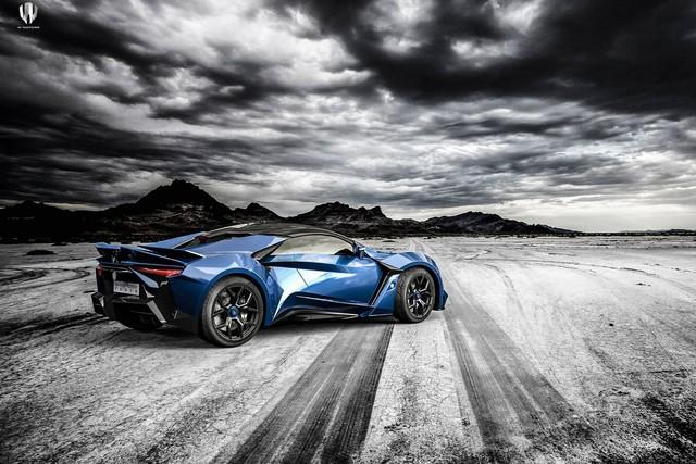 Theo hãng W Motors, động cơ của Fenyr Supersport tạo ra công suất tối đa hơn 900 mã lực và mô-men xoắn cực đại 1.200 Nm. Nhờ đó, đàn em của Lykan Hypersport có thể tăng tốc từ 0-100 km/h trong thời gian chưa đến 2,7 giây và đạt vận tốc tối đa hơn 400 km/h.