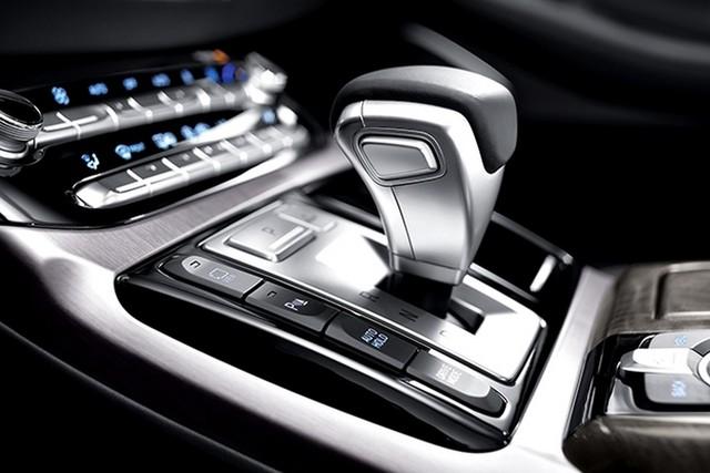 Cụm điều khiển trung tâm kéo dài đến tận hàng ghế sau. Nhờ đó, hành khách có thể tự chỉnh ghế và một số tính năng khác của xe. Quan trọng hơn, khoảng duỗi chân dành cho hành khách ngồi phía sau được nới rộng thêm nhờ chiều dài cơ sở tăng 115 mm lên 3.160 mm.