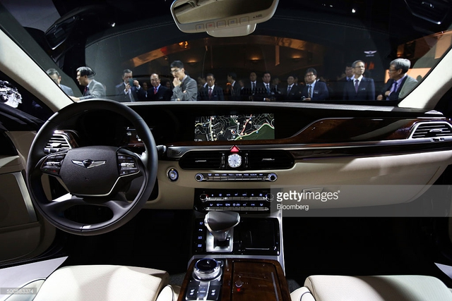 Bên trong Genesis G90 có ghế người lái chỉnh điện 22 hướng để tài xế tìm thấy vị trí ngồi thoải mái nhất. Thêm vào đó là dàn âm thanh vòm Lexicon, hệ thống thông tin giải trí với màn hình 12,3 inch, điều hòa không khí tự động 3 vùng, sạc không dây, ghế giám đốc phía sau chỉnh 14 hướng, ghế bọc da bán phần và các chi tiết ốp gỗ thật.