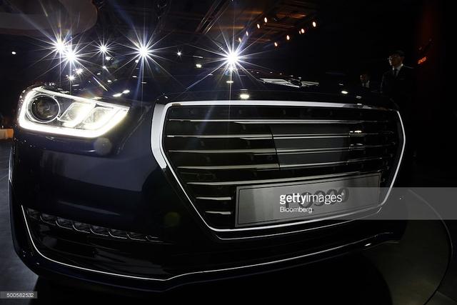 Theo hãng Hyundai, Genesis G90 đi kèm hệ thống treo với các bộ giảm chấn tính năng cao, mang đến cảm giác vận hành êm ái. Ngoài ra, xe còn có hệ thống treo Genesis Adaptive Control Suspension tùy chọn.