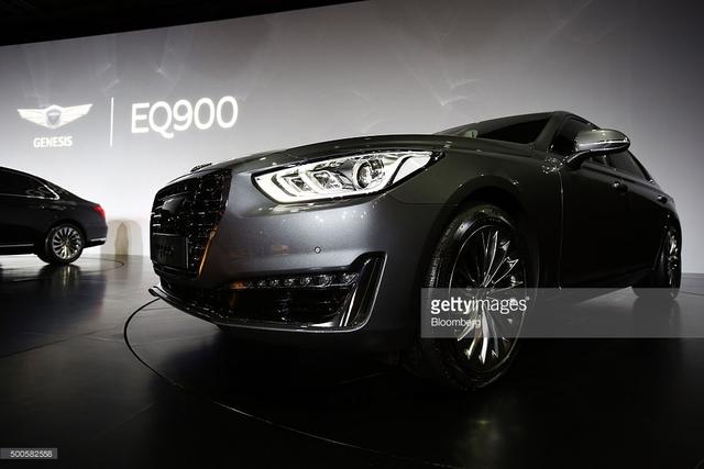 Thứ hai là động cơ xăng T-GDI, tăng áp, dung tích 3,3 lít mới phát triển với công suất tối đa 365 mã lực và mô-men xoắn cực đại 510 Nm. Nhờ đó, Genesis G90 có thể tăng tốc từ 0-100 km/h trong 6,2 giây.