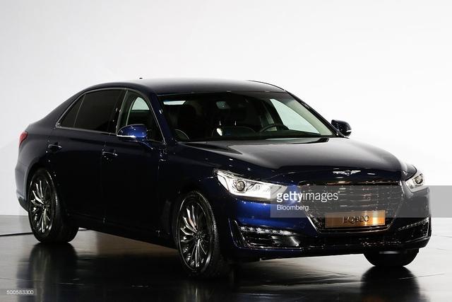 Theo hãng Hyundai, Genesis G90 sở hữu các số đo cơ bản là dài 5.205 mm, rộng 1.915 mm, cao 1.495 mm và chiều dài cơ sở 3.160 mm. Tùy thuộc vào cấu hình, Genesis G90 sẽ có trọng lượng dao động từ 2.420 – 2.595 kg. Tất cả đều đi kèm cốp sau có thể tích 484 lít.