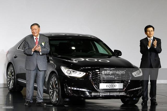 Hôm qua, mẫu xe sedan hạng sang cỡ lớn Genesis G90 đã chính thức trình làng tại thị trường quê nhà Hàn Quốc dưới cái tên riêng EQ900. Đến nay, những thông số kỹ thuật cụ thể nhất của Genesis G90 đã được tung ra.