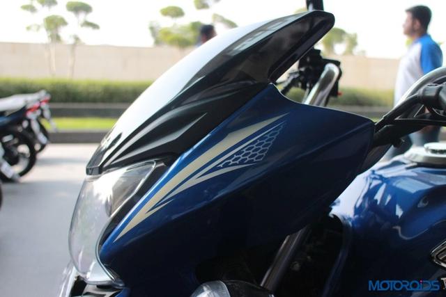 Về mặt thiết kế, Honda CB Shine SP có họa tiết trang trí hình ở hai bên đèn pha và bình xăng.