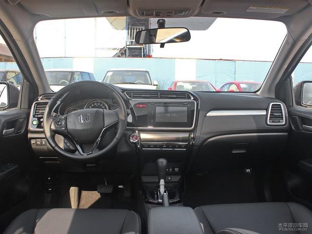 """Bên trong Honda Greiz là không gian nội thất được thiết kế không mấy đẹp mắt. Thậm chí, có người còn dùng từ """"lộn xộn"""" khi miêu tả thiết kế nội thất của Honda Greiz."""