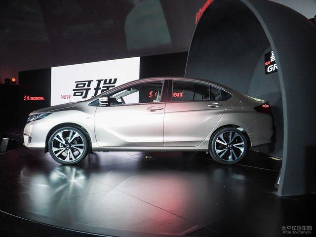 Honda Greiz được đỗ quá sát với phông nền trên sân khấu.