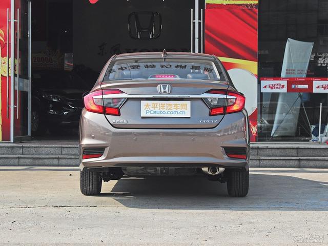 Thanh crôm lại nằm quá sát logo của hãng Honda. Có vẻ như khâu tính toán khoảng cách giữa các chi tiết khi thiết kế Honda Greiz đã bị xem nhẹ.