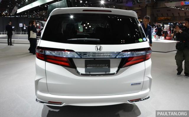 Cụ thể, Honda Odyssey xuất hiện thầm lặng trong triển lãm Tokyo 2015 thực chất thuộc phiên bản hybrid tiết kiệm nhiên liệu hơn. Đây là lần đầu tiên Honda giới thiệu Odyssey Hybrid hoàn toàn mới. Điều này có thể đánh trúng tâm thích xe minivan và hybrid của nhiều người tiêu dùng Nhật Bản.