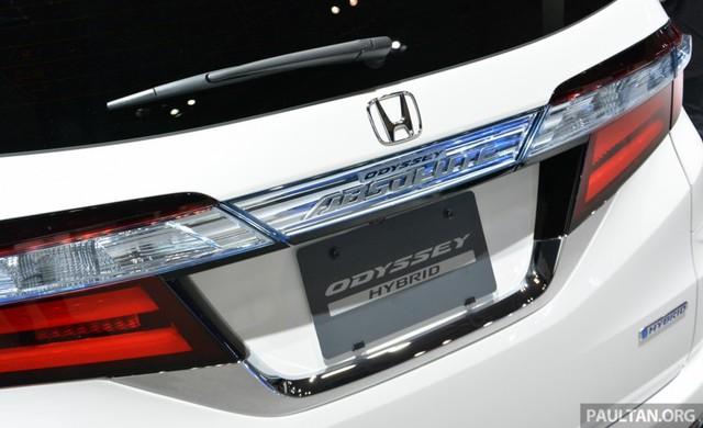 """Hiện hãng Honda chưa công bố nhiều thông tin liên quan đến Odyssey Hybrid mới. Chỉ biết, Honda Odyssey Hybrid được trang bị hệ dẫn động Sport Hybrid i-MMD với hai mô-tơ nâng cấp. Hệ dẫn động này """"không chỉ cho khả năng tăng tốc mạnh mẽ mà còn thân thiện với môi trường""""."""