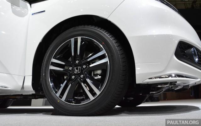 """Ngoài ra, theo hãng Honda, đây là lần đầu tiên họ đặt cụm Intelligent Power Unit (IPU), bao gồm pin và bộ kiểm soát năng lượng, bên dưới hàng ghế trước. Những thay đổi trong hệ dẫn động Sport Hybrid i-MMD """"mang đến trải nghiệm lái hoàn toàn khác biệt. Honda Odyssey Hybrid khiến dòng xe minivan trở nên hấp dẫn hơn bao giờ hết""""."""