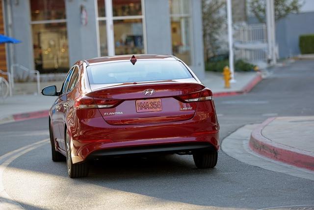 Ngoài ra, Hyundai Elantra 2016 còn được trang bị động cơ xăng với công nghệ phun nhiên liệu Atkinson, hút khí tự nhiên, dung tích 2.0 lít có công suất tối đa 147 mã lực và mô-men xoắn cực đại 179 Nm. Động cơ này kết hợp với hộp số sàn 6 cấp hoặc tự động 6 cấp.