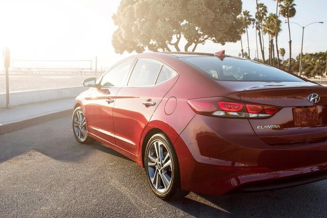 Theo hãng Hyundai, Elantra thế hệ mới không chỉ nhẹ hơn phiên bản cũ mà còn đi kèm khung gầm gia cố với tỷ lệ 53% thép cường lực. Nhờ đó, độ cứng xoắn của Hyundai Elantra thế hệ mới tăng 29,5% và độ bền khi uốn cong tăng 25,3%. Điều này cải thiện cảm giác lái, sự yên tĩnh, độ bền và khả năng vận hành của Hyundai Elantra 2016.