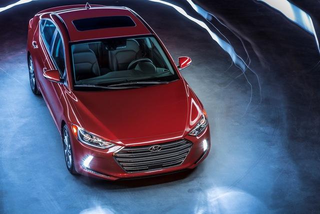 Tuy nhiên, điểm mới đáng chú ý nhất của Hyundai Elantra 2016 lại nằm bên dưới nắp capô. Cụ thể, hãng Hyundai bổ sung động cơ xăng Kappa GDI, tăng áp, dung tích 1,4 lít với công suất tối đa 128 mã lực và mô-men xoắn cực đại 211 Nm cho Elantra 2016. Sức mạnh được truyền tới bánh thông qua hộp số tự động 7 cấp với 2 bộ ly hợp. Hãng Hyundai khẳng định mức tiêu thụ nhiên liệu trung bình của Elantra 2016 chỉ dừng ở mức 6,72 lít/100 km.