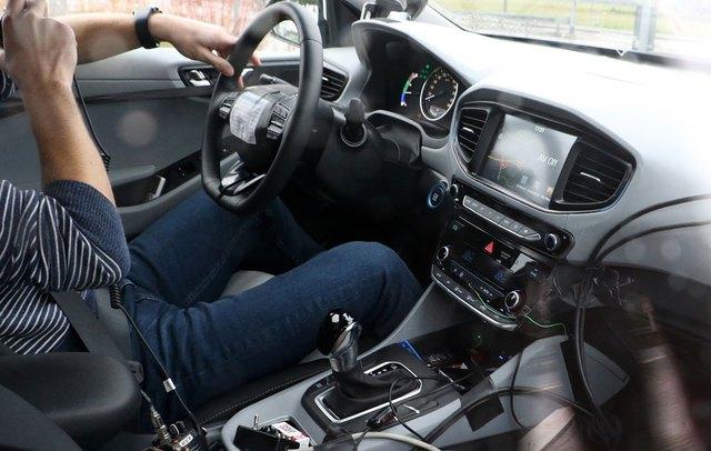 Nội thất của Hyundai Ioniq trên đường thử.