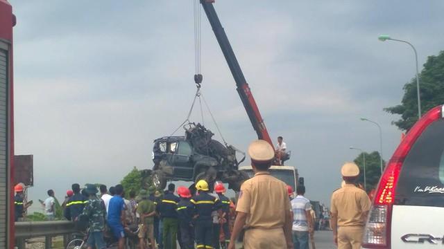 Chiếc Lexus GX470 được xe cẩu đưa ra khỏi hiện trường vụ tai nạn. Ảnh: Hạo Nhiên/Otofun