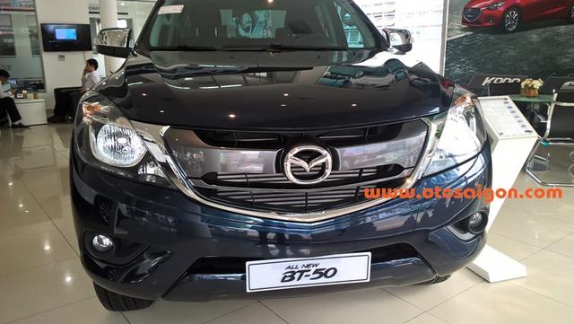 """Hiện mọi sự chú ý đang dồn vào vụ Cục quản lý cạnh tranh thuộc Bộ Công thương yêu cầu Thaco Trường Hải triệu hồi xe Mazda3 vì lỗi hiện đèn check engine hay """"cá vàng"""". Trong khi đó, tại các đại lý chính hãng của Thaco, những chiếc bán tải Mazda BT-50 đời mới nhất đã lặng lẽ xuất hiện."""