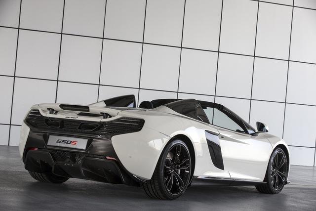 Ngoài ra, siêu xe McLaren 650S Spider Al Sahara 79 còn gây ấn tượng với mui cứng đóng mở tùy ý và bộ la-zăng hợp kim được sơn màu đen bóng. Hốc hút gió và cánh gió bên sườn, cánh gió trước cũng như bộ khuếch tán sau đều được chi nhánh MSO chế tạo bằng sợi carbon.