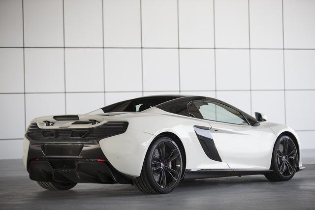 """Được biết, lớp sơn đặc biệt này lấy cảm hứng từ cát sa mạc tại khu vực Trung Đông. Bản thân cái tên Al Sahara 79 cũng đã cho thấy rõ nguồn cảm hứng của siêu xe McLaren 650 Spider đặc biệt mới. Trong đó, """"79"""" xuất phát từ số nguyên tử của vàng."""