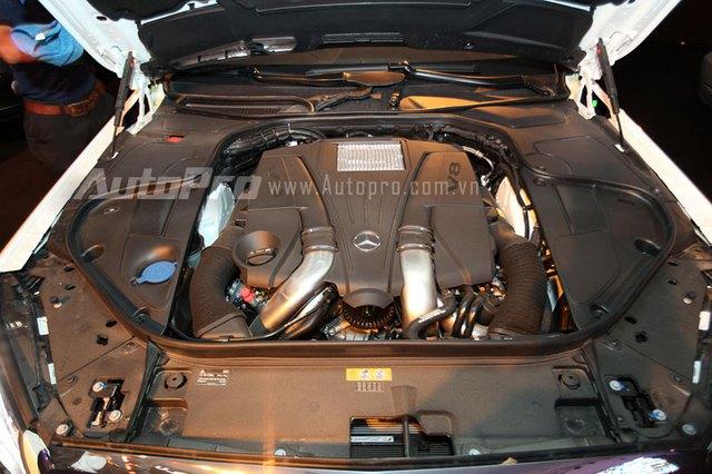 Mercedes-Benz S500L 2014 được trang bị động cơ V8, dung tích 4.663cc, sản sinh công suất cực đại 455 mã lực tại 5.250 - 5.500 vòng/phút và mô-men xoắn cực đại 700 Nm tại 1.800 - 3.500 vòng/phút. Sức mạnh được truyền đến bánh thông qua hộp số tự động 7 cấp 7G-Tronic Plus. Động cơ cho phép xe tăng tốc từ 0-100 km/h trong 4,8 giây và đạt vận tốc tối đa 250 km/h.