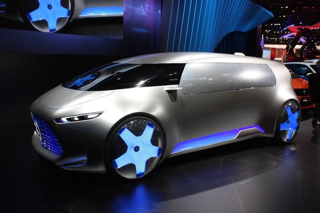 Mercedes-Benz Vision Tokyo được trang bị bộ la-zăng đồ sộ với đường kính lên đến 26 inch. Bên sườn xe là cánh gió tỏa ra ánh sáng xanh. Trên trần xe có camera 360 độ với vô số cảm biến để Mercedes-Benz Vision Tokyo có thể tự vận hành mà không cần đến người lái.
