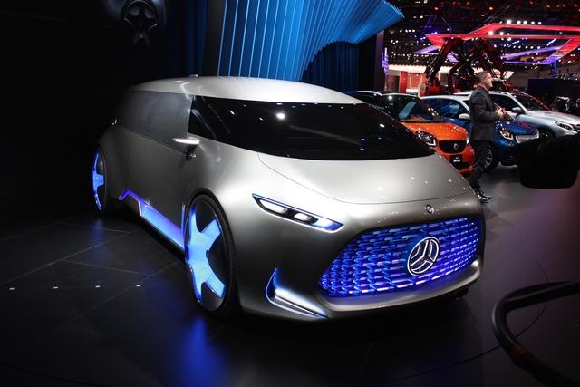 Mercedes-Benz Vision Tokyo không sử dụng kính chắn gió thông thường. Thay vào đó là tấm kính trải dài ra tận sườn xe như buồng lái của thuyền máy.