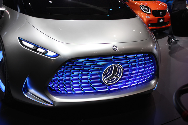 Lưới tản nhiệt cỡ lớn phía trước có thể biểu thị nhiều tính năng trong xe qua ánh sáng. Ví dụ, khi người lái bật nhạc trong xe, trên lưới tản nhiệt sẽ xuất hiện ánh sáng hình sóng âm nhấp nhô.