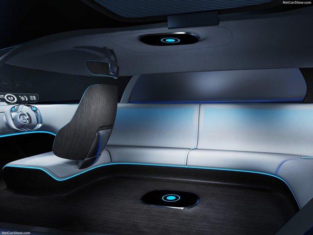 Nếu muốn, người sử dụng có thể chuyển Mercedes-Benz Vision Tokyo sang chế độ lái bằng tay. Người sử dụng chỉ cần nhấn công tắc để chuyển vô lăng từ chế độ chờ sang chế độ lái. Trong khi đó, ghế người lái sẽ được nhả ra từ hàng ghế đi-văng.