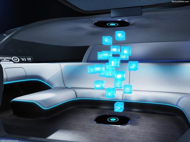 Bên trong là không gian nội thất rộng rãi, đủ chỗ cho 5 người ngồi trên những chiếc ghế đi-văng xếp thành hình oval. Ngoài ra, nội thất còn đi kèm các màn hình LCD cỡ lớn, hệ thống giải trí, ứng dụng và bản đồ với hình ảnh không gian 3 chiều.